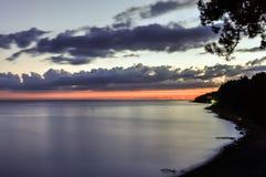 Coucher du soleil scénique au-dessus de plage d'océan photo libre de droits