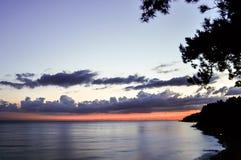 Coucher du soleil scénique au-dessus de plage d'océan photos libres de droits
