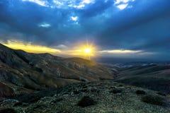 Coucher du soleil scénique dans les montagnes vulcan des Îles Canaries Image stock