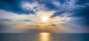 Coucher du soleil scénique et dramatique au-dessus de mer Images libres de droits