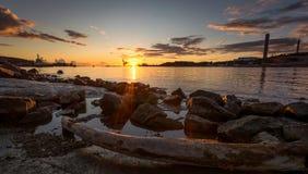 Coucher du soleil scandinave capturé à la pierre rouge photos stock