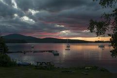 Coucher du soleil scénique de lac au-dessus des montagnes Photos libres de droits