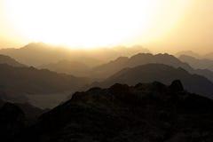 Coucher du soleil silhouetté d'or dans Sinai Photographie stock libre de droits