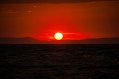 Coucher du soleil sombre et ciel rouge sang Image stock