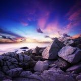 Coucher du soleil spectaculaire au-dessus de la mer Image stock