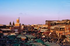 Coucher du soleil spectaculaire dans la place célèbre d'EL Fna de Jemaa à Marrakech Maroc Photos libres de droits