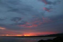Coucher du soleil spectaculaire de la côte dans l'Australie du Norther NSW Photo stock