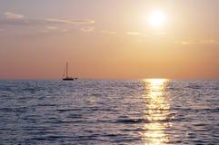 Coucher du soleil spectaculaire de mer images libres de droits