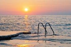 Coucher du soleil spectaculaire de mer photo stock