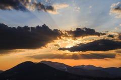 Coucher du soleil spectaculaire en montagnes de Carpathiens Image stock