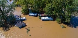 Coucher du soleil spectaculaire Maisons inondées pendant la montée subite de tempête de l'ouragan Harvey photo stock