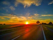 Coucher du soleil stupéfiant à la route de village photos stock