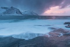 Coucher du soleil stupéfiant au-dessus de montagne et fjord, paysage d'hiver, Norvège les ensembles du soleil les Alpes norvég photographie stock