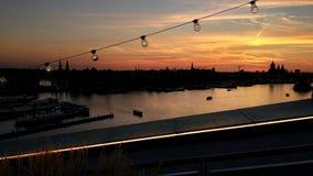 Coucher du soleil stupéfiant au-dessus de rivière d'Amstel à Amsterdam images stock