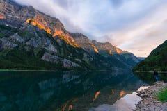 Coucher du soleil stupéfiant au fählensee en Suisse Belle réflexion sur le lac images stock