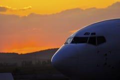 Coucher du soleil stupéfiant de Boeing sur l'AÉROPORT de BACAU Images libres de droits