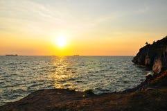 Coucher du soleil sur Cliff Sri Chang Island Thailand Images libres de droits
