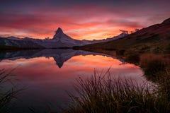 Coucher du soleil sur DEM Matterhorn et sa réflexion dans un lac de montagne photos stock