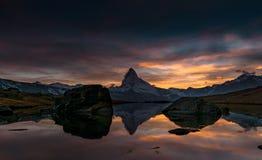 Coucher du soleil sur DEM Matterhorn et sa réflexion dans un lac de montagne images libres de droits
