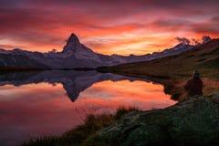 Coucher du soleil sur DEM Matterhorn et sa réflexion dans un lac de montagne images stock