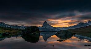 Coucher du soleil sur DEM Matterhorn et sa réflexion dans un lac de montagne photographie stock libre de droits