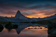 Coucher du soleil sur DEM Matterhorn et sa réflexion dans un lac de montagne photographie stock