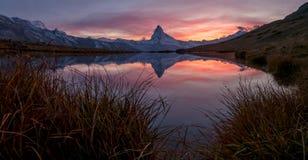 Coucher du soleil sur DEM Matterhorn et sa réflexion dans un lac de montagne photos libres de droits