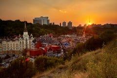 Coucher du soleil sur des collines de ville dans la vieille ville Images stock