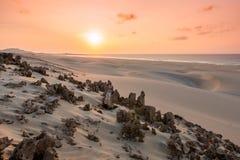 Coucher du soleil sur des dunes de sable en plage Praia de Chaves de Chaves dans Boavist Image libre de droits