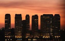 Coucher du soleil sur des ensembles de bâtiments Image libre de droits