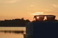 Coucher du soleil sur des lunettes de soleil Photographie stock libre de droits