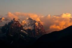Coucher du soleil sur des montagnes Photographie stock