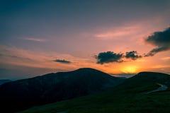 Coucher du soleil sur des montagnes, Transalpina, Roumanie Images stock