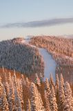 Coucher du soleil sur des pentes de ski à l'hiver Photo stock