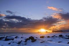 Coucher du soleil sur Dyrholaey et plage Photographie stock libre de droits
