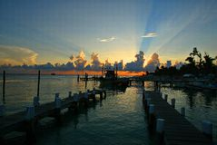 Coucher du soleil sur Isla Mujeres (île de femmes) du Mexique photographie stock libre de droits