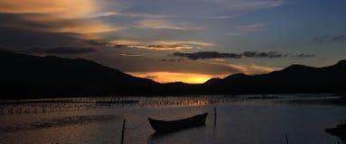 Coucher du soleil sur l'étang de Lap An photos stock