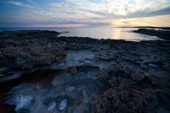 Coucher du soleil sur l'île de la Chypre. Sel. Ayia Napa. Photos libres de droits