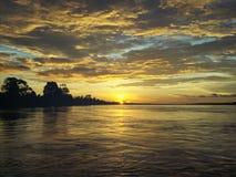 Coucher du soleil sur l'île tropicale Images stock