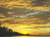 Coucher du soleil sur l'île tropicale Photos stock