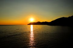 Coucher du soleil sur l'eau Photo stock