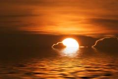 Coucher du soleil sur l'eau Image libre de droits