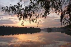 Coucher du soleil sur l'eau Photos stock