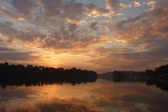 Coucher du soleil sur l'eau Images libres de droits