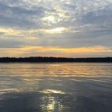 Coucher du soleil sur l'eau Photo libre de droits
