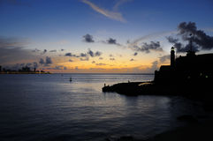 Coucher du soleil sur l'entrée de compartiment de la Havane photographie stock libre de droits