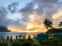 Coucher du soleil sur la baie de Hanalei sur l'île de Kauai image libre de droits