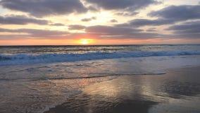Coucher du soleil sur la côte atlantique, Bisacarosse, France banque de vidéos