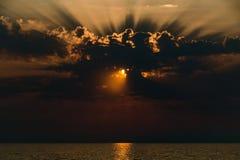 Coucher du soleil sur la côte avant la tempête images libres de droits