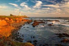Coucher du soleil sur la côte de la Californie, phare de point de pigeon Images stock